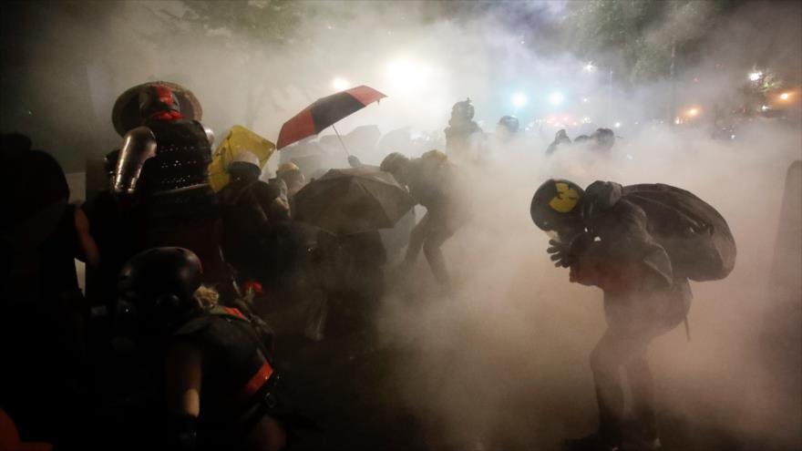 Fuerzas federales reprimen a manifestantes y lanzan gas lacrimógeno durante una protesta antirracista en Portland, EE.UU., 27 de julio de 2020.