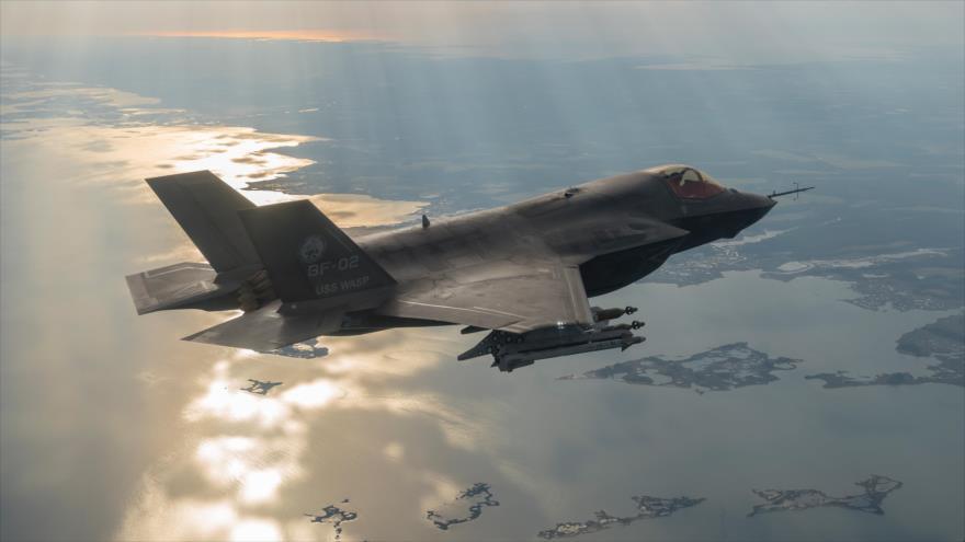 Un avión de combate estadounidense F-35 en pleno vuelo.