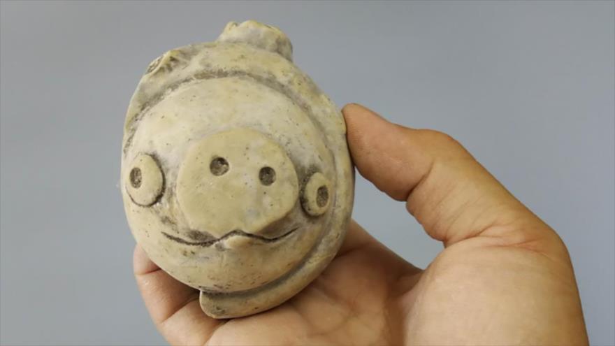 """Una pieza de arcilla de hace 3200 años sorprende por su gran parecido con el cerdito del popular juego """"Angry Birds""""."""