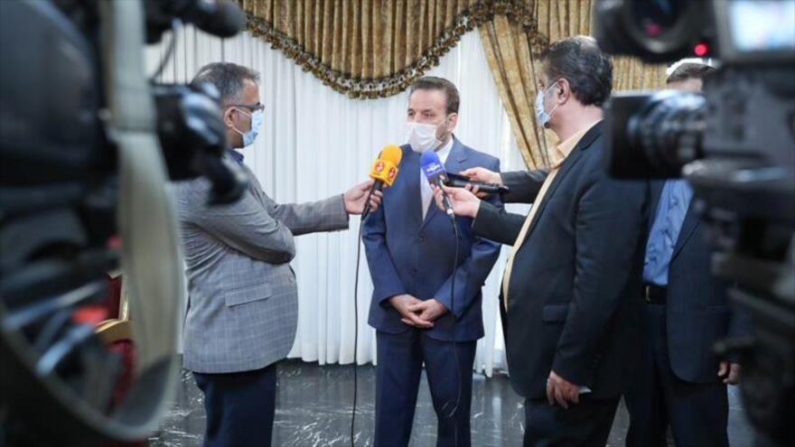 Mahmud Vaezi, jefe del Gabinete del presidente iraní, habla con la prensa.