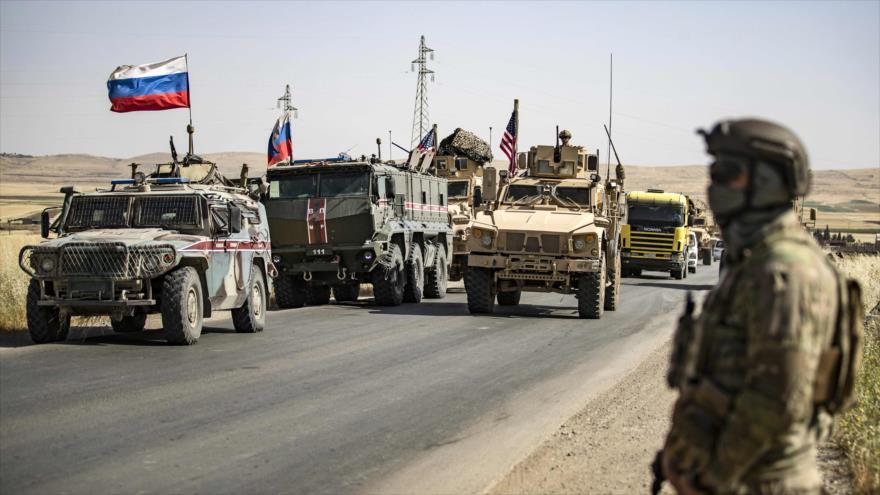 Convoyes militares de EE.UU. y Rusia en la localidad de Al-Malikiya, en el noreste de Siria, fronteriza con Irak y Turquía, 3 de junio de 2020. (Foto: AFP)