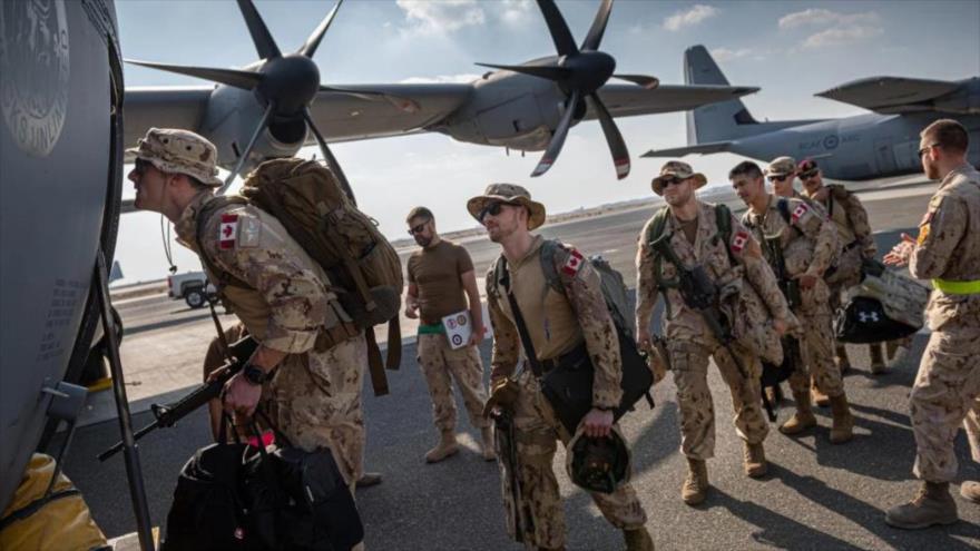 Soldados canadienses desplegados en la Fuerza de Tarea Conjunta suben en un Hércules en Kuwait para iniciar su misión en Irak, 27 de noviembre de 2019.