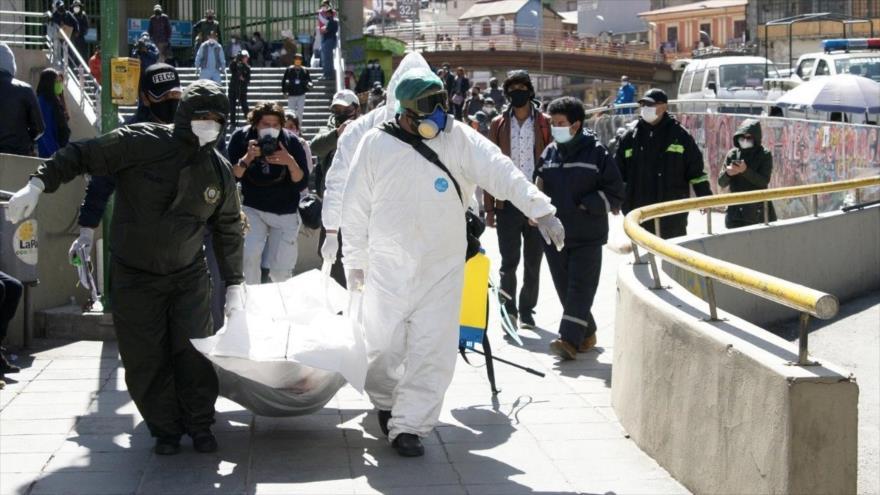 La Policía recoge el cuerpo de una persona muerta por el nuevo coronavirus en el centro de La Paz, Bolivia.
