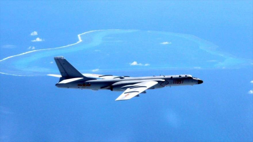Vídeo: China realiza simulacro de ataque aéreo en aguas en disputa | HISPANTV