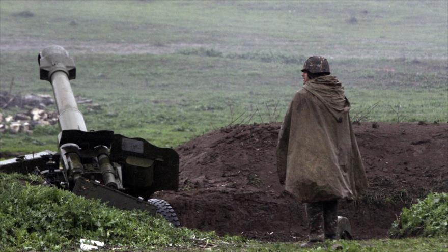 Un soldado armenio junto a una unidad de artillería.