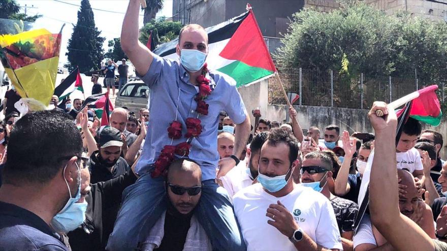 El ciudadanos palestino Anis Safouri, acogido por sus compatriotas tras ser liberado de cárcel israelí luego de 12 años, 30 de julio de 2020.