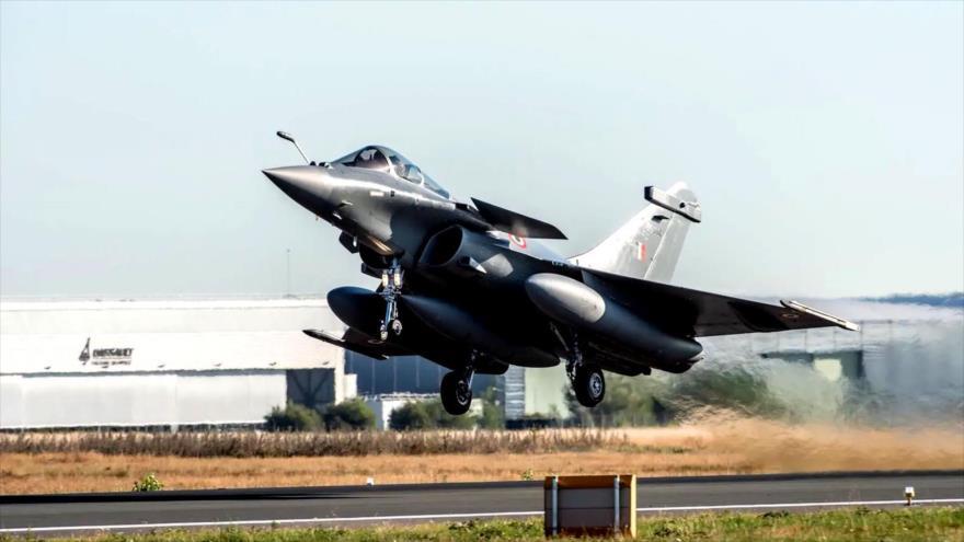 Un avión de combate Rafale de la Fuerza Aérea de La India despega de un aeródromo en Francia para su vuelo rumbo a su país, 27 de julio de 2020.