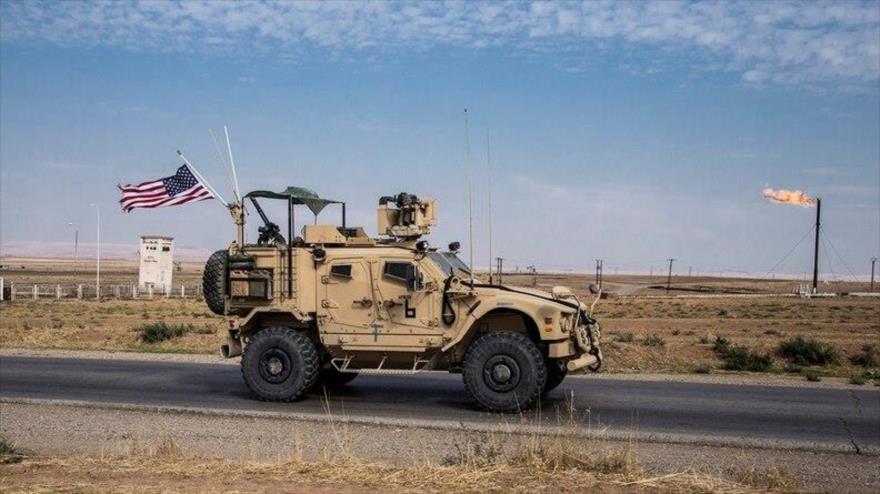 Las fuerzas estadounidenses patrullan campos petroleros sirios en el este de Siria, 28 de octubre de 2019. (Foto: AP)