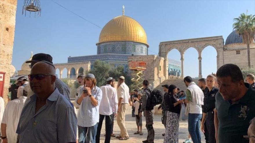 Colonos israelíes irrumpen en la Explanada de las Mezquitas en la ciudad ocupada de Al-Quds.