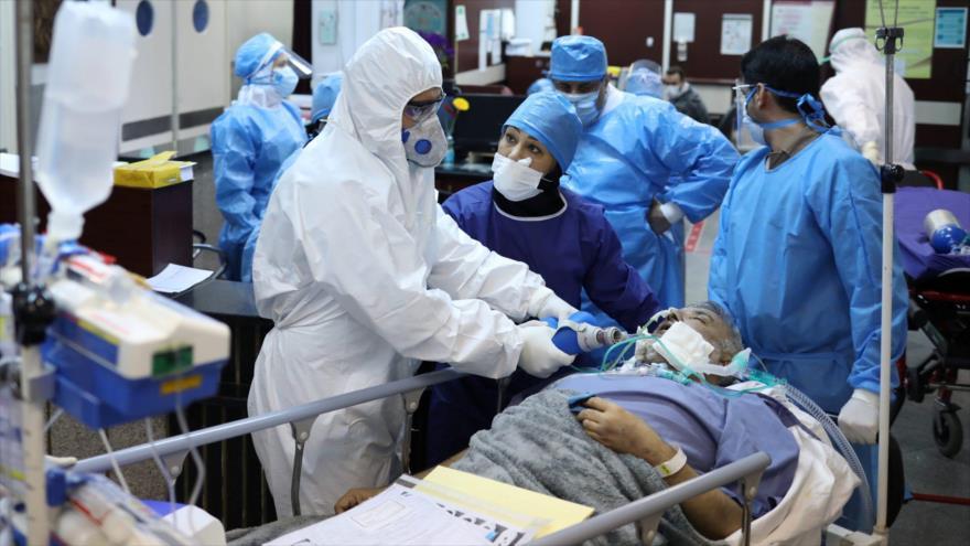 Personal médico atiende a un paciente con COVID-19 en un hospital en Teherán, capital de Irán, 30 de marzo de 2020. (Foto: Reuters)
