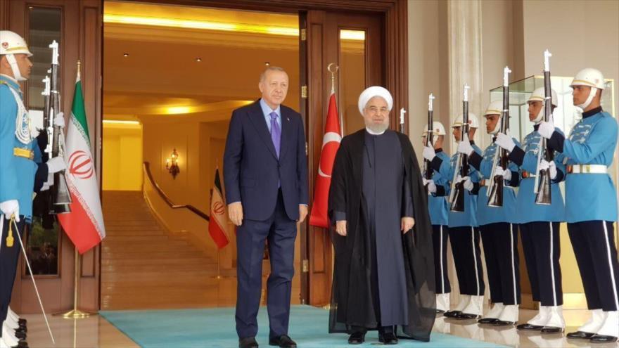 El presidente iraní, Hasan Rohani, y su par turco, Recep Tayyip Erdogan (izq.).