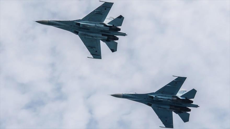 Dos aviones de combate ruso Sujoi Su-27.