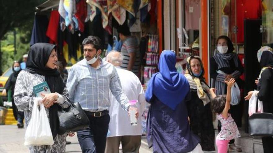 Ciudadanos iraníes en una calle en Teherán (capital), en medio de la pandemia del nuevo coronavirus, causante de la COVID-19, 2 de junio de 2020. (Foto: AFP)