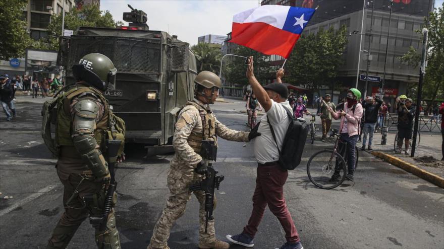 Vídeo: Expulsan a militares chilenos de una plaza con cacerolada