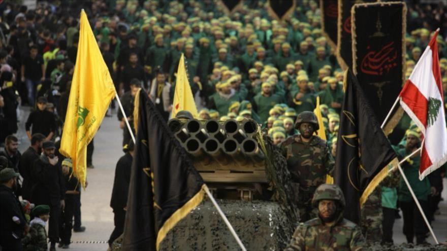 Combatientes de Hezbolá exhiben un lanzador de cohetes durante un desfile militar en El Líbano.