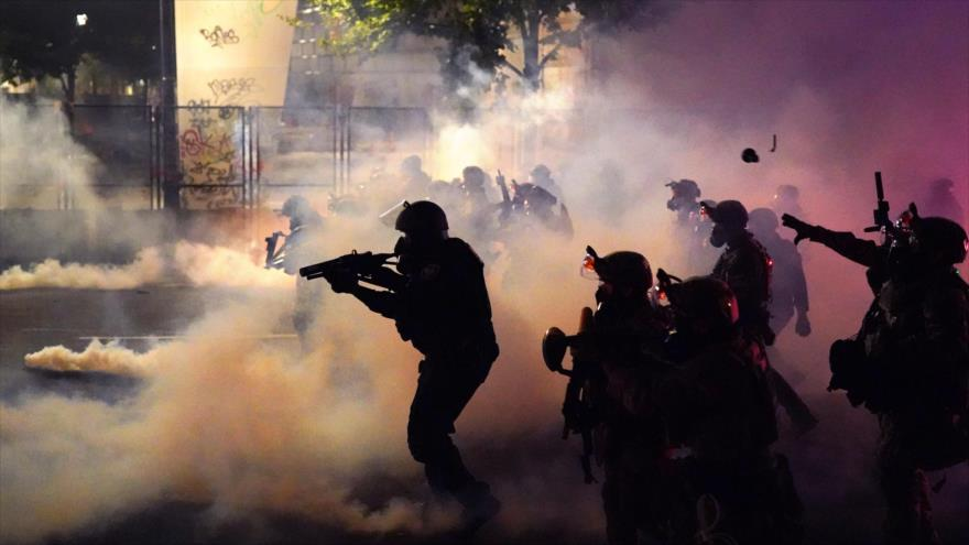 Fuerzas federales de EE.UU. reprimen a los manifestantes en Portland, 24 de julio de 2020.