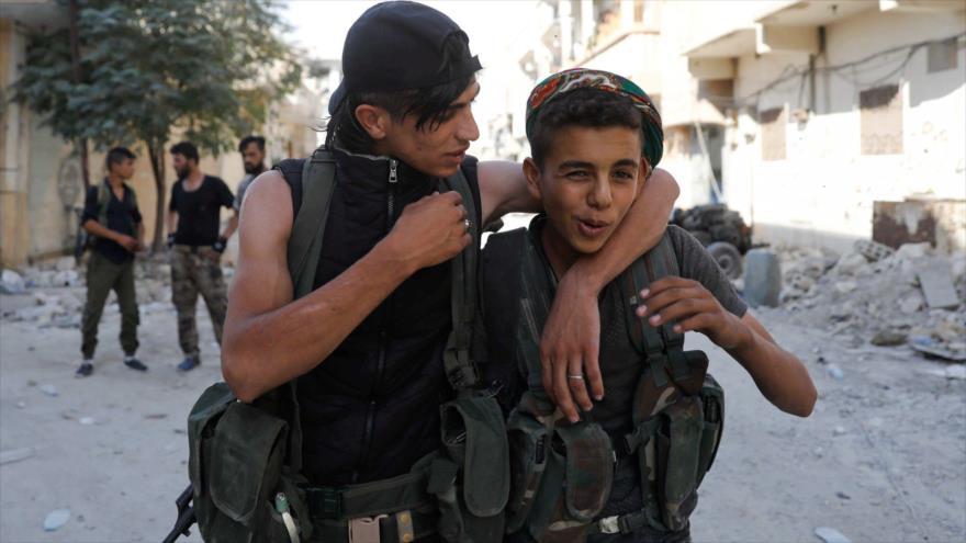 Niños soldado, miembros de las llamadas Fuerzas Democráticas Sirias (FDS) en la ciudad siria de Al-Raqa. (Fuente: Reuters)