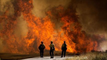 Incendio en sur de California obliga a evacuar a 8000 personas