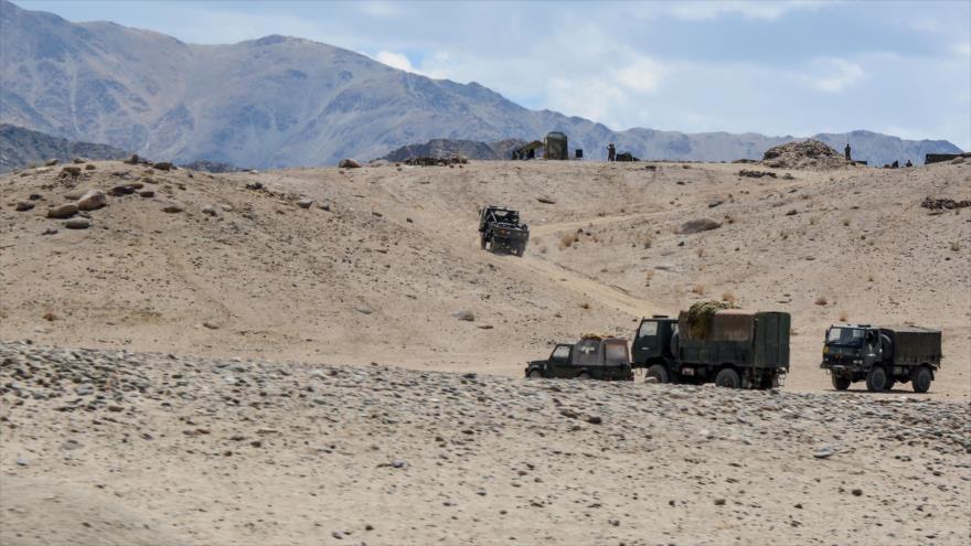 Vehículos militares del Ejército indio participan en una maniobra en Ladakh, una región fronteriza con China, 4 de julio de 2020. (Foto: AFP)