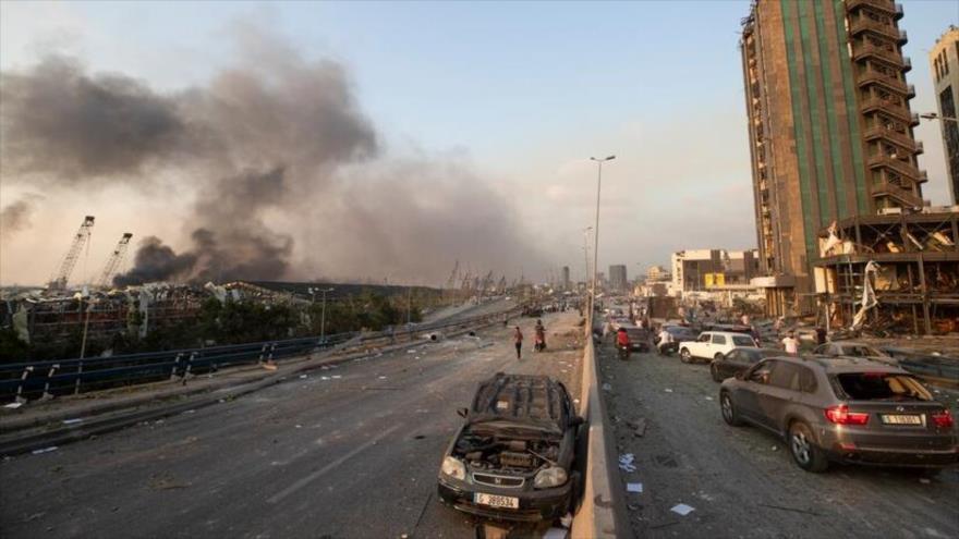 Panorama en una avenida de Beirut, capital de El Líbano, después de una enorme explosión en el centro de la ciudad, 4 de agosto de 2020.