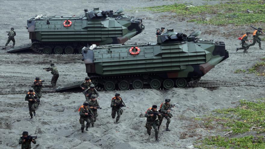 Marines taiwaneses asaltan una playa durante los ejercicios anuales de entrenamiento de Han Kuang.