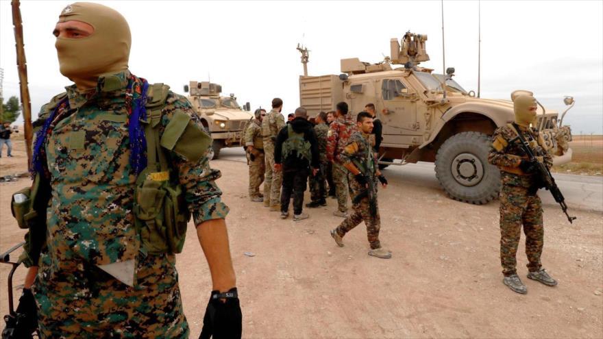 Integrantes de las Fuerzas Democráticas Sirias (FDS) patrullan la ciudad kurda de Darbasiyah en el norte de Al-Hasaka, noreste de Siria.