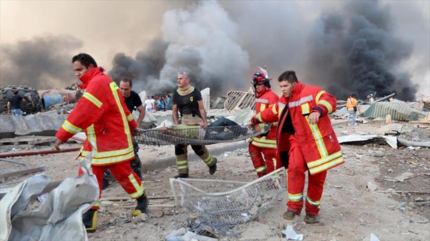 Personal médico evacua a un hombre que resultó herido en una explosión en la zona portuaria de Beirut, capital libanesa, 4 de agosto de 2020. (Foto: Reuters)