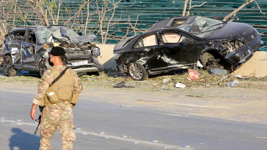 Un soldado libanés hace guardia cerca del lugar de la explosión en la capital Beirut, 5 de agosto de 2020. (Foto: Reuters)