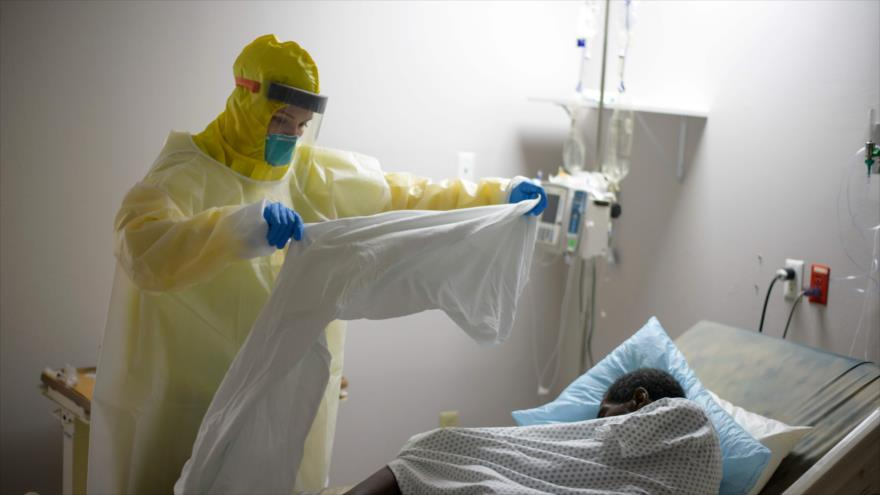 Una médica atiende a un paciente con COVID-19 en un hospital en Houston, estado de Texas, ubicado en el sur de EE.UU., 2 de julio de 2020. (Foto: AFP)