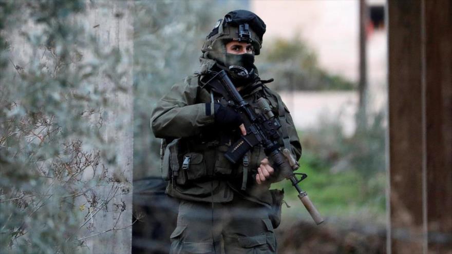 Un soldado israelí durante una redada en la ciudad cisjordana de Yenin, 18 de enero de 2018. (Foto: Reuters)