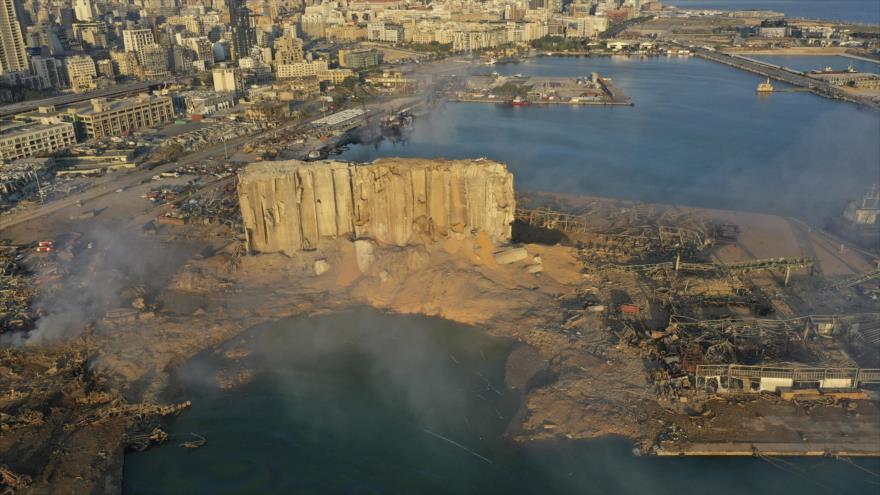 Vista general del puerto de Beirut, El Líbano, un día después de haber sufrido una explosión masiva, 5 de agosto de 2020. (Foto: AP)