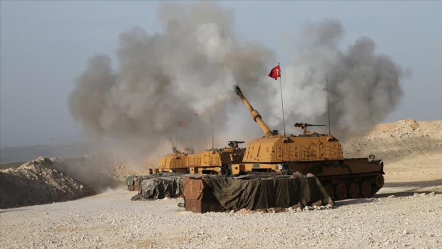 Una unidad de artillería del Ejército turco, desplegada en Idlib, dispara contra posiciones del Ejército sirio.