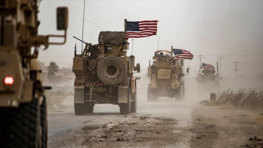 Vehículos militares estadounidenses cerca de un campo petrolero en Rumaylan, en Al-Hasaka (noreste de Siria), 1 de julio de 2020. (Foto: AFP)