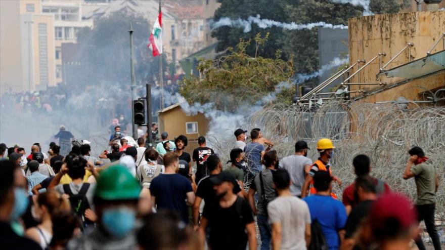 Los libaneses protestan en Beirut (la capital), exigiendo explicaciones por la potente explosión en el puerto de esta ciudad, 8 de agosto de 2020.