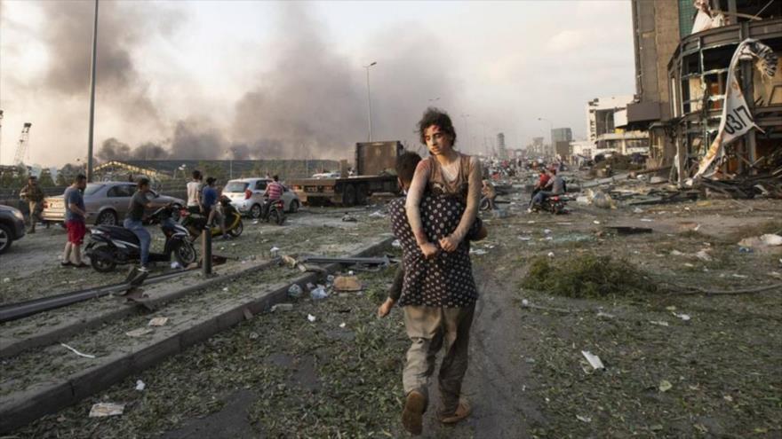 Personas evacuadas después de las fuertes explosiones en el puerto de Beirut, capital libanesa, 4 de agosto de 2020.