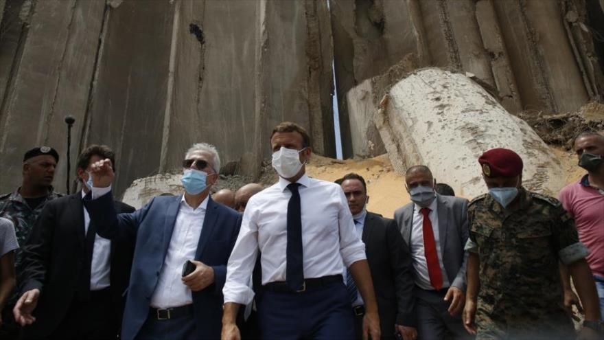 El presidente francés, Emmanuel Macron, recorre el puerto de Beirut, El Líbano, destruido por fuertes explosiones, 6 de agosto de 2020.