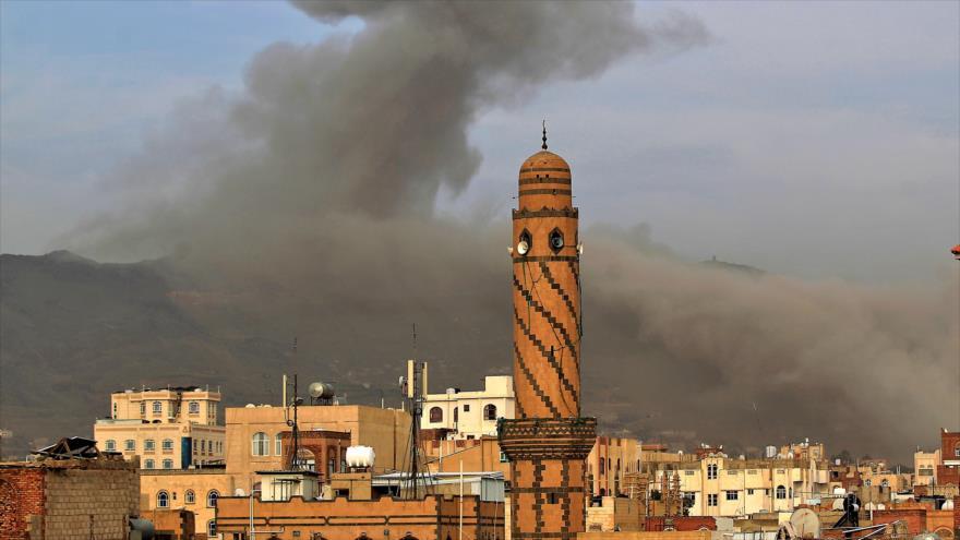 Una columna de humo se eleva después de un ataque aéreo de Arabia Saudí en Saná (capital yemení), 16 de junio de 2020. (Foto: AFP)