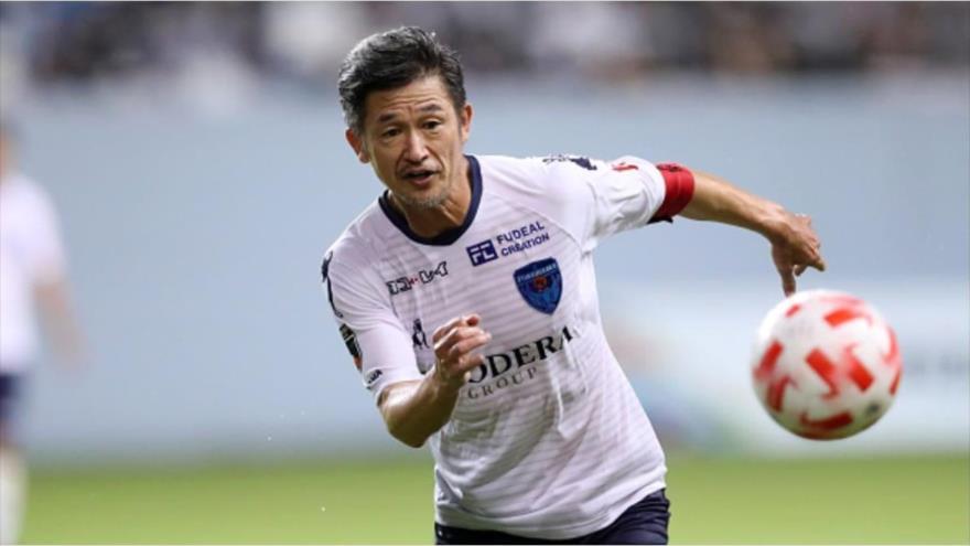 El atacante japonés Kazuyoshi Miura disputa por Yokohama FC frente a Sagan Tosu en laCopa de la Liga de Japón, 5 de agosto de 2020.