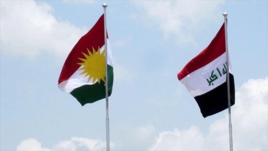 La bandera nacional de Irak (dcha.) junto a la de la región semiautónoma del Kurdistán iraquí, enarboladas en una zona en el norte del país.
