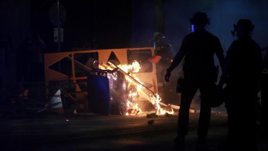 Policía de Portland declara revuelta tras incendio en su oficina | HISPANTV