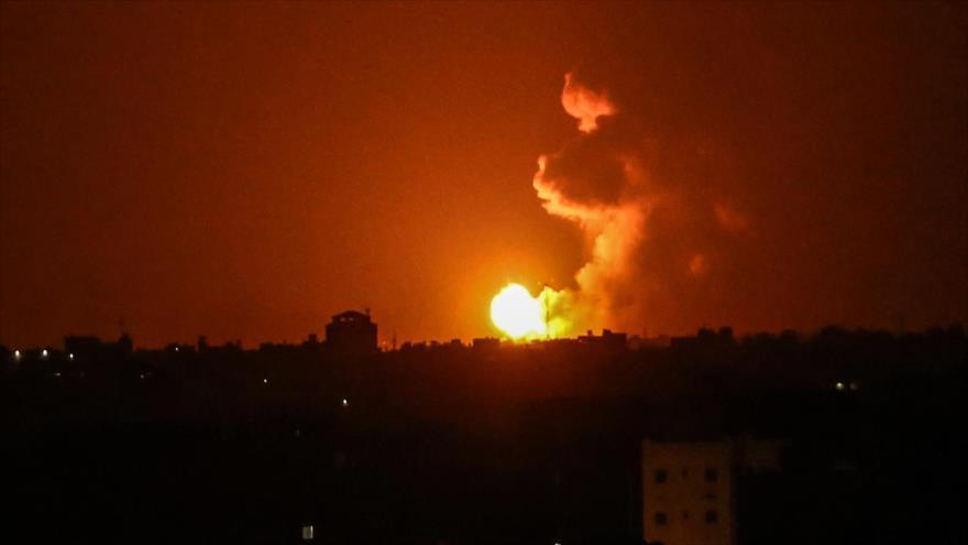 Columna de humo se eleva tras un ataque aéreo de Israel en Jan Yunis, sur de la Franja de Gaza, 27 de junio de 2020. (Foto: AFP)