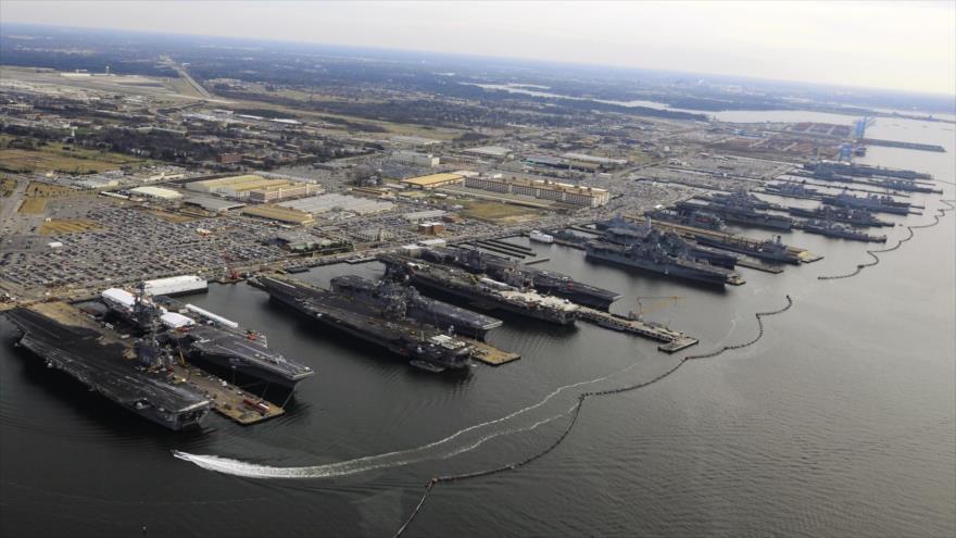 Importante base naval en las costas orientales de EE.UU., Norfolk, donde se encuentran atracados varios portaviones.