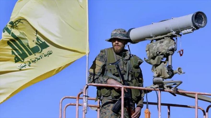 Un miembro de Hezbolá hace guardia sobre un vehículo pesado de este movimiento de Resistencia de El Líbano.