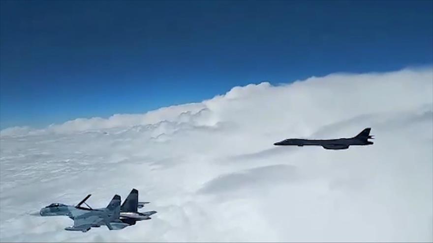 Un caza ruso Su-27 intercepta un bombardero estadounidense sobre el mar Negro.