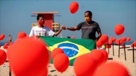 Playa de Río de Janeiro rinde tributo a víctimas de COVID-19