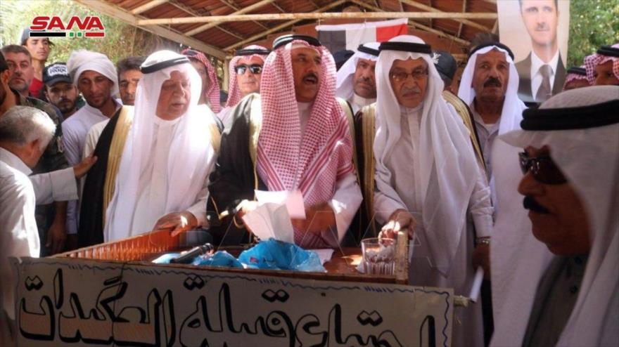 Líderes de la tribu árabe Al-Aqidat, en una reunión mantenida en la ciudad de Deir Ezzor, en el este de Siria, 9 de agosto de 2020. (Foto: SANA)