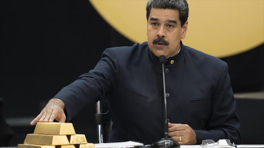 El presidente de Venezuela, Nicolás Maduro, mostrando lingotes de oro en un evento televisado.
