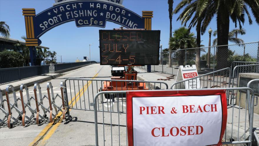 Carteles frente al muelle cerrado de Santa Mónica en medio de la pandemia de COVID-19, California (EE.UU.), 3 de julio de 2020.