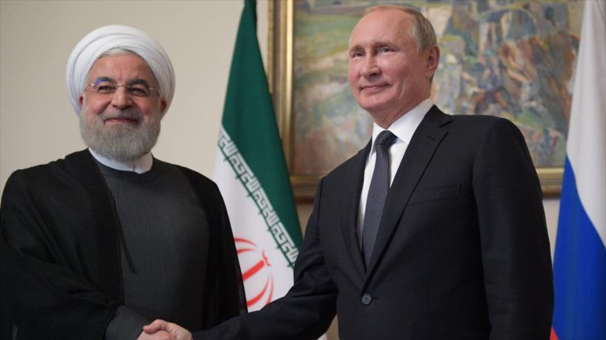 El presidente iraní, Hasan Rohani (izq.), junto a su homólogo ruso, Vladimir Putin, en Ereván (capital armenia), 1 de octubre de 2019. (Foto: AFP)
