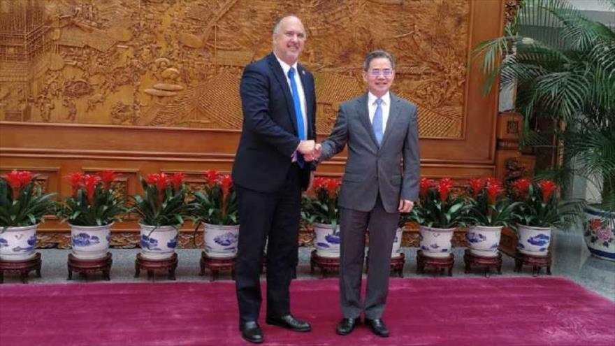 El vicecanciller chino, Zheng Zeguang (drcha.), y el embajador cubano en China, Carlos Miguel Pereira, en la Cancillería de China.